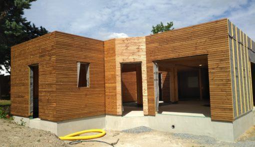Visite d 39 une maison ossature bois plain pied toit plat murs erigne habiter bois - Acb maison bois ...